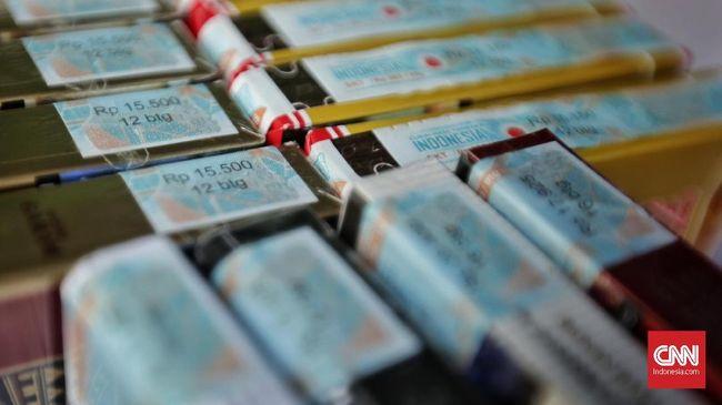 Ekonom Faisal Basri menilai industri rokok memudahkan konsumen untuk membeli rokok karena mudah dan murah.
