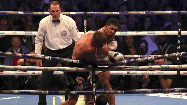 Juara dunia tinju kelas berat Anthony Joshua berhasil mempertahankan gelar setelah menang TKO atas Alexander Povetkin di Stadion Wembley, Minggu (23/9).