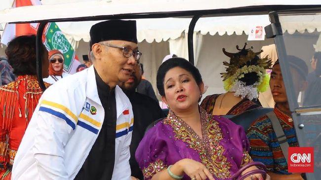 Siti Hediyati Hariyadi atau Titiek Soeharto, menyanyikan lagu berbahasa mandarin dalam acara yang dihadiri Prabowo Subianto oleh pebisnis Tionghoa.