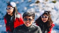 <p>Happy banget ya Nathan, Sydney, dan Karen main salju bareng begini. (Foto: Instagram/ @enricotambunan)</p>