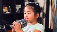 <p>Kayaknya Enoy bakal melanjutkan langkah Papa Bams nih jadi penyanyi, he-he-he. (Foto: Instagram/ @bams_1606)</p>