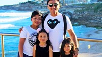 <p>Kompak selalu ya Papa Enrico dan jagoan serta gadis kecilnya. (Foto: Instagram/ @enricotambunan) </p>