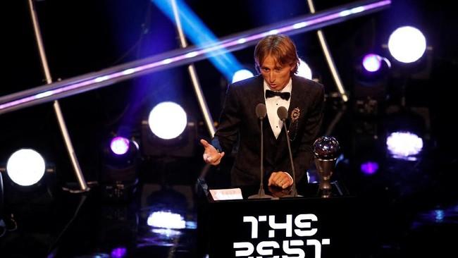 Luka Modric mengakhiri dominasi Cristiano Ronaldo dan Lionel Messi dalam penghargaan individu pesepakbola dengan keberhasilan meraih gelar pemain terbaik FIFA dalam acara penganugerahan The Best FIFA Football Awards. (Action Images via Reuters/John Sibley)