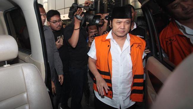 Jaksa membacakan empat dakwaan tipikor terhadap Bupati nonaktif Lampung Selatan Zainudin Hasan dari mulai suap hingga pencucian uang.