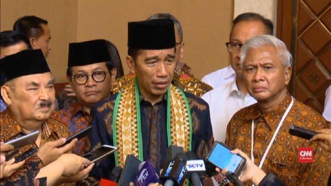 Presiden Joko Widodo mengaku menunggu Menteri Agama Lukman Hakim Saifuddin menyerahkan rancangan Pepres terkait pungutan zakat PNS.
