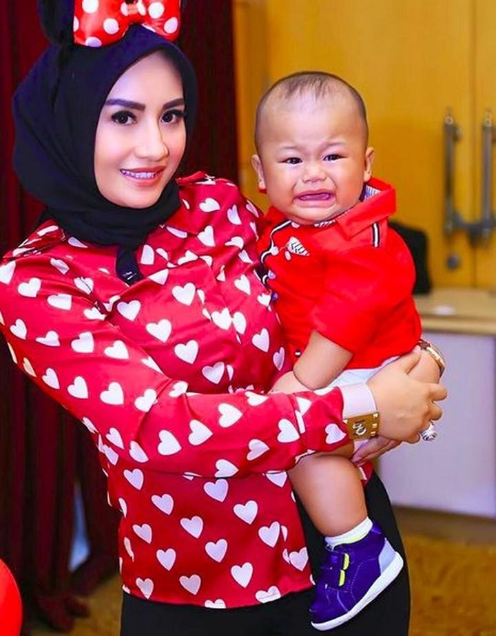 Penyanyi Shinta Bachir memiliki anak bernama Arkan Alvaro Suyitno. Yuk simak momen manis Shinta dan anaknya, Bun.