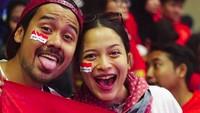 Mesra sama pasangan bisa dengan berbagai cara, salah satunya dengan nonton Asian Games bareng. Foto: Instagram/putrimarino)