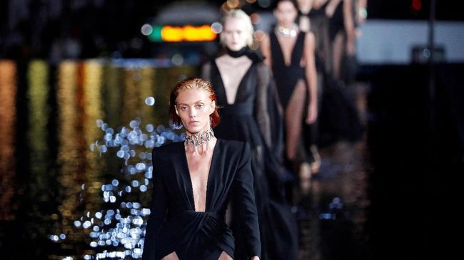 Rumah mode mewah YSL memborong kembali 'baju antik' buatannya sebanyak 4.000 potong dari tangan seorang kolektor.