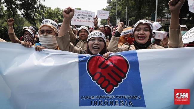 Forum Honorer K2 DKI melakukan aksi di depan Balaikota Jakarta. Hari yang sama, pendaftaran CPNS di situs SSCN yang dikelola BKN sudah bisa diakses masyarakat.