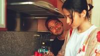 Pandangan mesra Chicco saat istri masak tuh sukses bikin melting. Foto: Instagram/putrimarino)