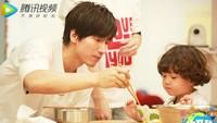 <p>Lihat deh, Jerry Yan luwes banget ya saat menemani makan seorang anak. (Foto: Instagram/jerryyanindo)</p>
