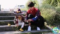 <p>Telaten banget memakaikan seorang anak sepatu, Jerry Yan sudah mahir banget melakukan tugas seorang ayah. He-he-he. (Foto: Instagram/fangkaiwobeibi_gallery)</p>