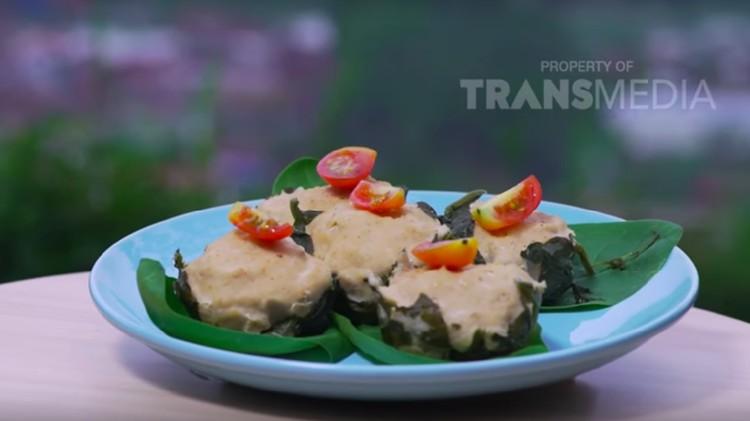 Resep siomay ayam dengan kukusan bayam ini mengandung gizi dan menjadi varian camilan baru nih, Bun.