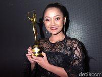 0d2946dc 5124 4cbb a74d 0d29fcb4a516 43 - Kesuksesan 'Lagi Syantik' Tak Bikin Honor Siti Badriah Nambah