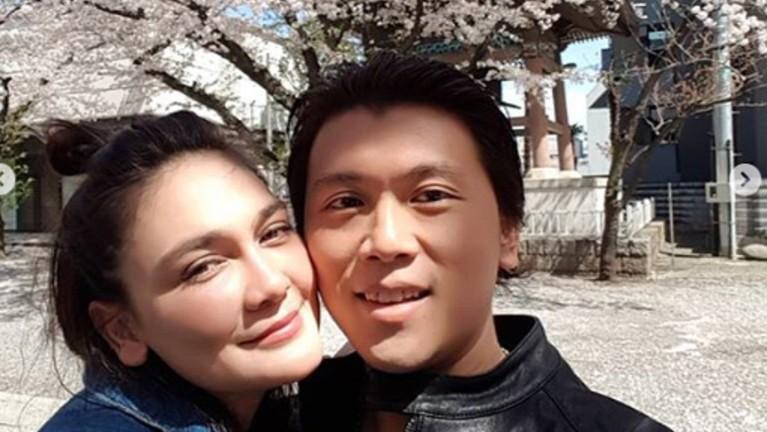 Di belakangan pohon sakura, Reino dan Luna pernah berbagi kebahagiaaan dan cintanya sebagai sepasang kekasih.