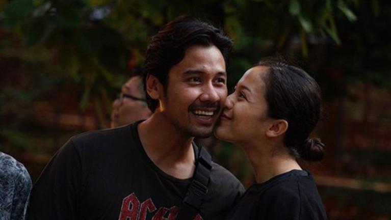 Kehadiran Surinala menambah kebahagiaan pasangan ini.