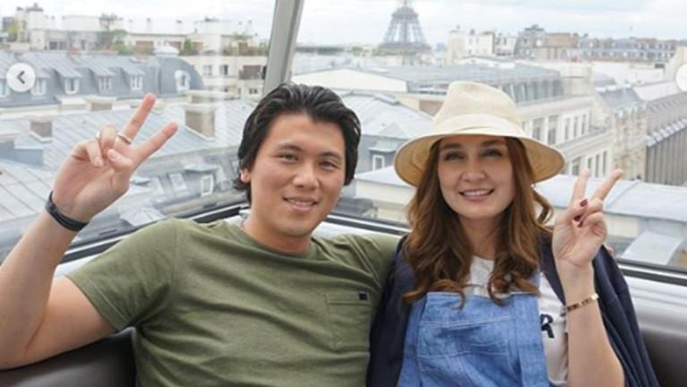 Luna dan Reino tampak sangat bahagia menikmati keindahan kota Paris dari atas gondola.