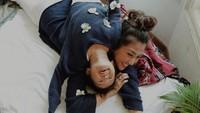<p>Walau posenya begini, pakai baju kembaran bikin penampilan Sarwendah dan si kecil Thalia atau Alia cute abis. (Foto: Instagram/@sarwendah29)</p>