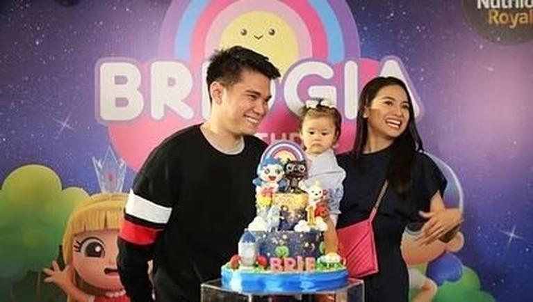 Pasangan Acha Septriasa dan Vicky Kharisma baru saja merayakan ulang tahun pertama putri cantiknya, Bridgia Kalina Kharisma atau yang akrab dipanggil Baby Brie.