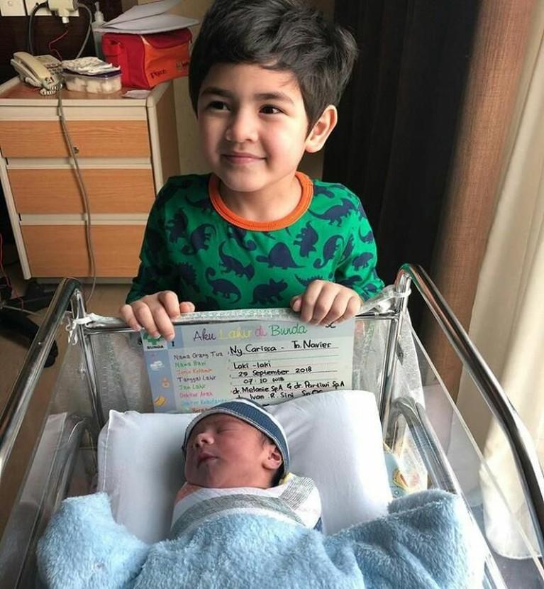Anak pertama Carissa, Quenzino Acana Naif, terlihat gembira dengan kelahiran sang adik.