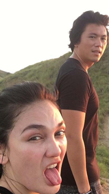 Tanpa polesan make up, Luna tampak sangat menikmati momen kebersamaan langka naik gunung bersama Reino.