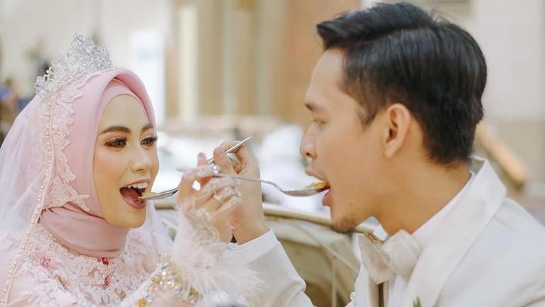 Pasangan suami-istri itu juga tampil menawan dengan pakaian yang serba putih dan merah muda saat acara resepsi yang diadakan malam harinya.