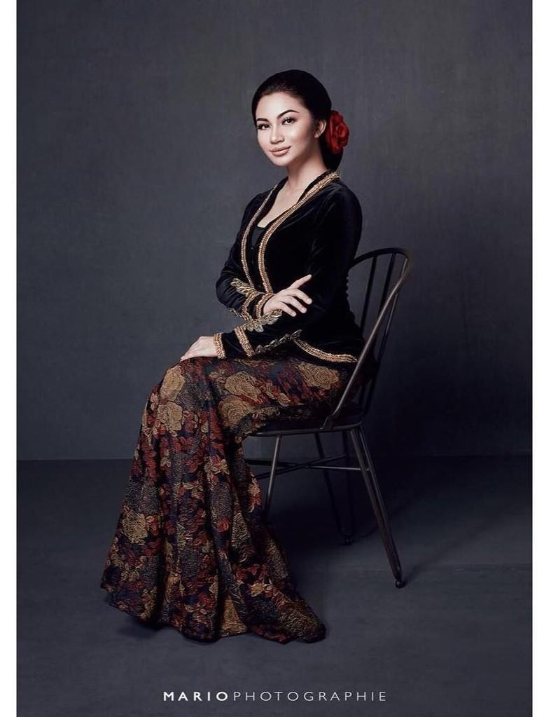 Pesona Ariel Tatum sebagai gadis Jawa sangat terpancar ketika ia memakai kebaya hitam yang dipadupadakan dengan rok batik.
