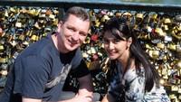 <p>So sweet! Maudy dan Erik menaruh gembok cinta di sungai Seine nih. (Foto: Instagram/ @maudykoesnaedi)</p>