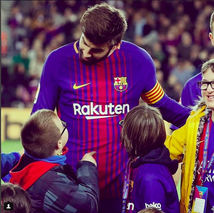 <p>Sepertinya perbincangan pemain Barcelona dengan seorang ini serius banget. (Foto: Instagram @fcbarcelona)<br /><br /></p>