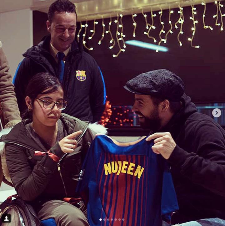 <p>Ini baju dari Om Messi untuk seorang anak. Senyumnya mana nih? (Foto: Instagram @fcbarcelona)<br /><br /></p>