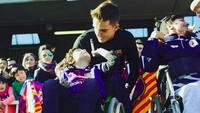 """<p>""""Om minta tanda tangannya dong,"""" ucap seorang anak pada pemain Barcelona ini. (Foto: Instagram @fcbarcelona)<br /><br /></p>"""
