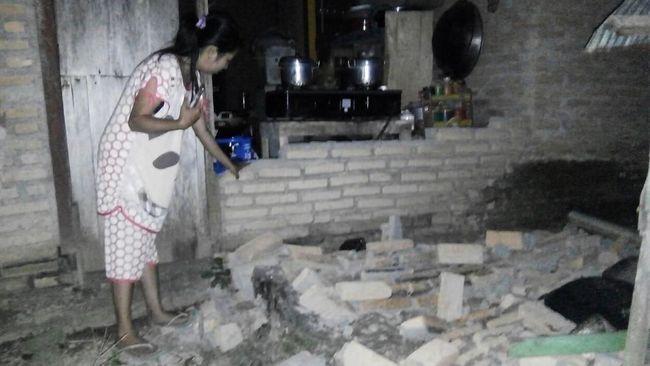 Menara Bandara Palu roboh akibat gempa berkekuatan magnitudo 7,4 dan menyebabkan pusat kota lumpuh akibat jaringan listrik dan komunikasi putus.