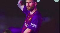 <p>Lionel Messi menggandeng seorang anak. Lihat apa sih, Nak? (Foto: Instagram @fcbarcelona)<br /><br /></p>