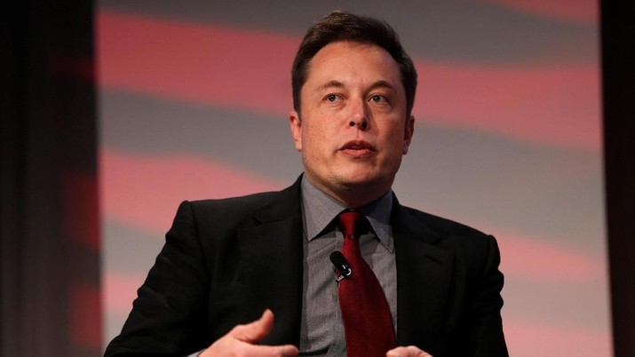 FILE PHOTO: Tesla Motors CEO Elon Musk talks at the Automotive World News Congress at the Renaissance Center in Detroit, Michigan, U.S., January 13, 2015. REUTERS/Rebecca Cook/File Photo