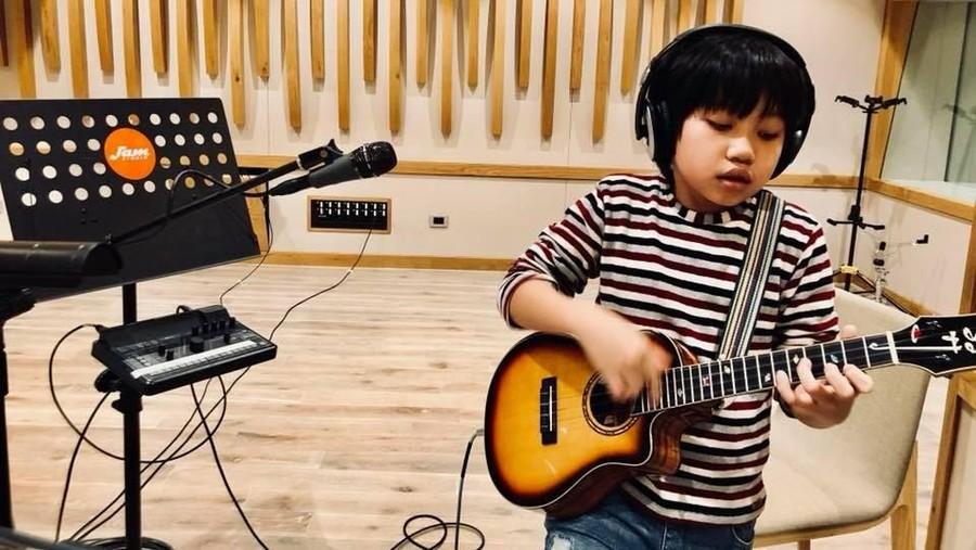 Kenalan dengan Feng E, Bocah yang Jago Banget Main Ukulele