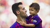 <p>Pemain Barcelona ini lagi ngomong apa sama anaknya ya, Bun? (Foto: Instagram @fcbarcelona)<br /><br /></p>