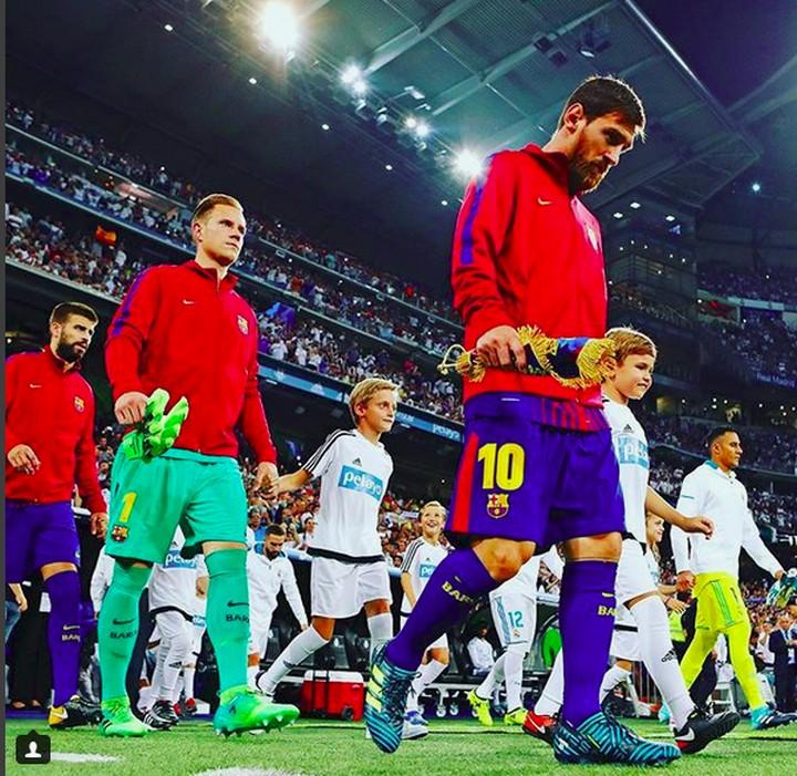 <p>Ramai-ramai pemain Barcelona dan anak-anak masuk ke lapangan hijau. (Foto: Instagram @fcbarcelona)<br /><br /></p>