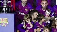 <p>Satu, dua, tiga, cheese. Pemain Barcelona berfoto bareng anak-anak mereka. (Foto: Instagram @fcbarcelona)<br /><br /></p>