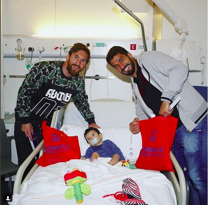 Pemain Barcelona berbagi momen manis bersama anak-anak. Yuk dilihat momennya, Bun.