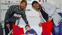 <p>Lionel Messi dan Luis Suarez menjenguk seorang anak yang sakit.Semoga kamu makin semangat untuk sembuh ya, Nak,setelahdijenguk pemain Barcelona yang ganteng-ganteng ini. (Foto: Instagram @fcbarcelona)<br /><br /></p>