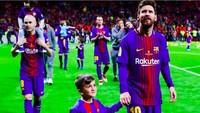<p>Lihat, ada yang senyum-senyum sendiri saat digandeng kelapangan hijau sama pemain Barcelona Lionel Messi nih, he-he-he. (Foto: Instagram @fcbarcelona)<br /><br /></p>