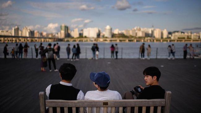 Penduduk Korea Selatan senang tampil gaya. Belanja baju empat musim sampai operasi rahang tak gentar mereka lakoni.
