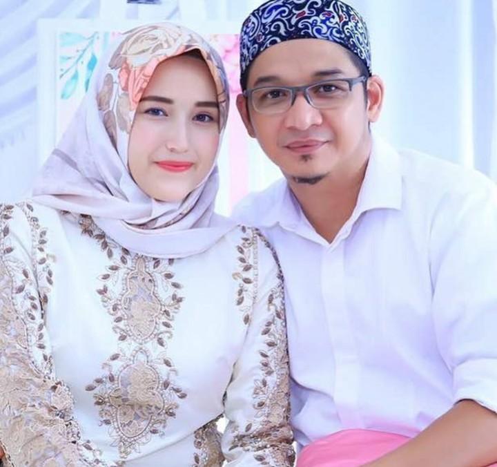 Sudah menikah 7 tahun tak membuat kemesraan Pasha 'Ungu' dan sang istri, Adelia pudar. Yuk kita lihat manisnya keseharian pasangan ini.