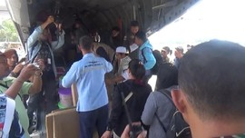 VIDEO: Keluarga Nebeng Pesawat TNI Cari Korban Gempa Palu