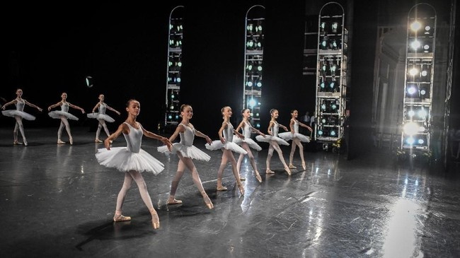 Di atas panggung para penari balet memang terlihat mengesankan, namun di belakang panggung mereka harus berlatih dengan keras.