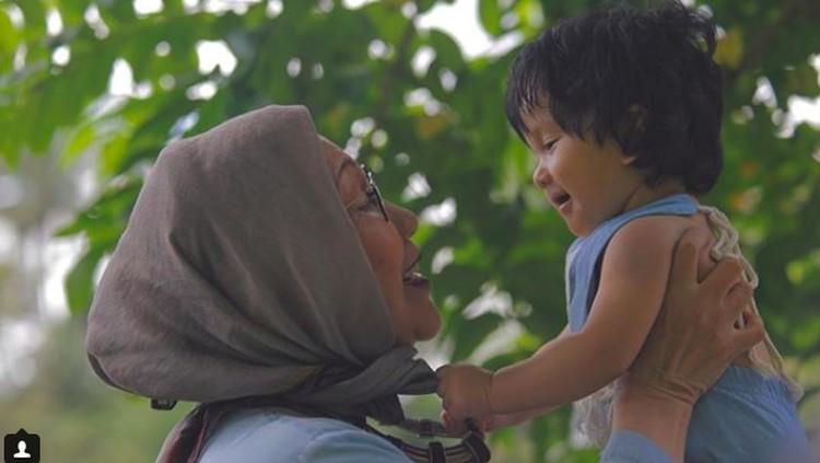 Ratna Sarumpaet yang kita kenal adalah sosok yang tegas dan keras, namun ia tetaplah seorang nenek yang luluh juga saat bicarakan cucu kesayangan.