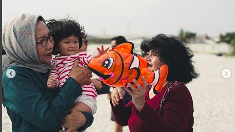 Sebagai seorang nenek, terlihat jelas gimana Ratna Sarumpaet sayang banget pada cucu-cucunya.