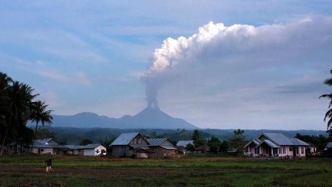 Gunung Soputan di Minahasa Tenggara, Sulawesi Utara meletus pada Rabu (3/10), menyebabkan awan abu setinggi 2,5 kilometer dari kawah.
