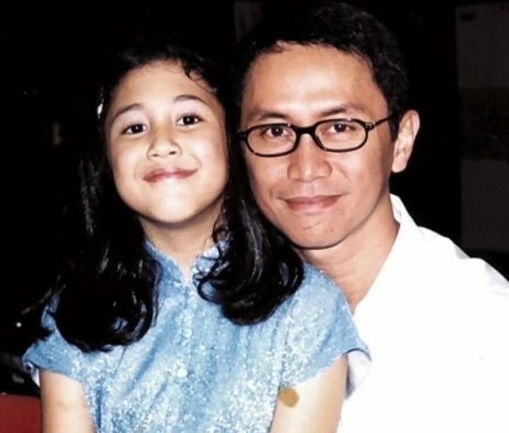 <p>Tebak, Bun, Addie MS sedang foto bareng siapa? Yap, betul sekali itu adalah Sherina saat masih kecil. He-he-he. (Foto: Instagram/ @addiems999)</p>