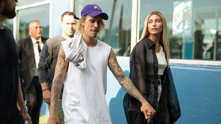 Ternyata pernikahan ini ditunda hingga beberapa kali. Dikabaran Hailey dan Justin Bieber berencana untuk menggelar pesta pernikahan pada Januari. Hingga akhirnya berhasil di gelar pada hari ini Senin (30/9).